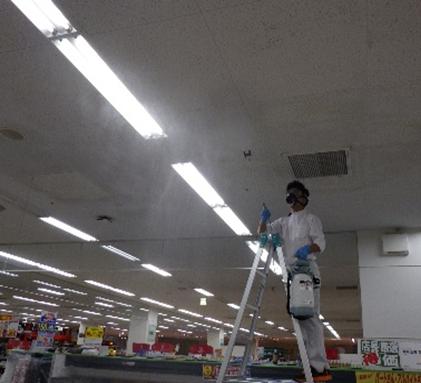洗浄剤噴霧作業